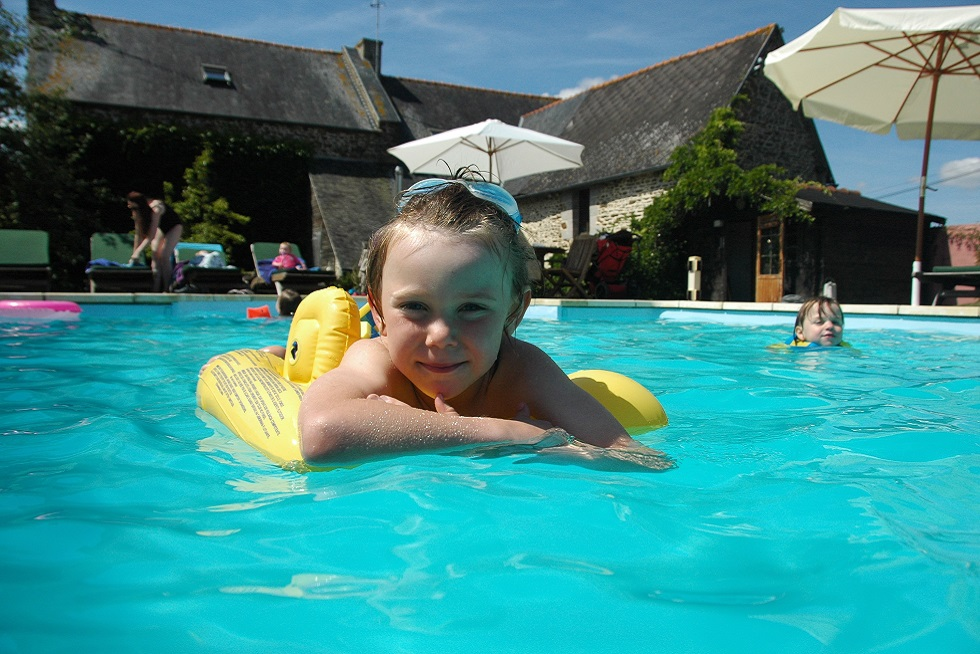 Gite Villa swimming pool brittany smiling 980